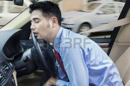 41192184-homme-entrepreneur-dormir-dans-la-voiture-pendant-que-vous-conduisez-sur-la-route-la-confiture-de-l