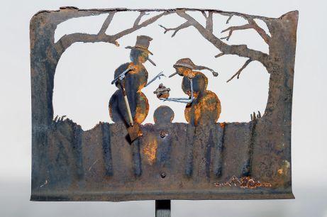 des-sculptures-dans-de-vieilles-pelles-a-neige-par-Cindy-Chinn-1