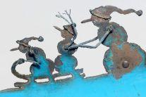 des-sculptures-dans-de-vieilles-pelles-a-neige